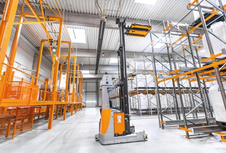 For the first time STILL implemented the interplay of semi-automated shuttles with fully automated FM-X reach trucks in a channel rack.