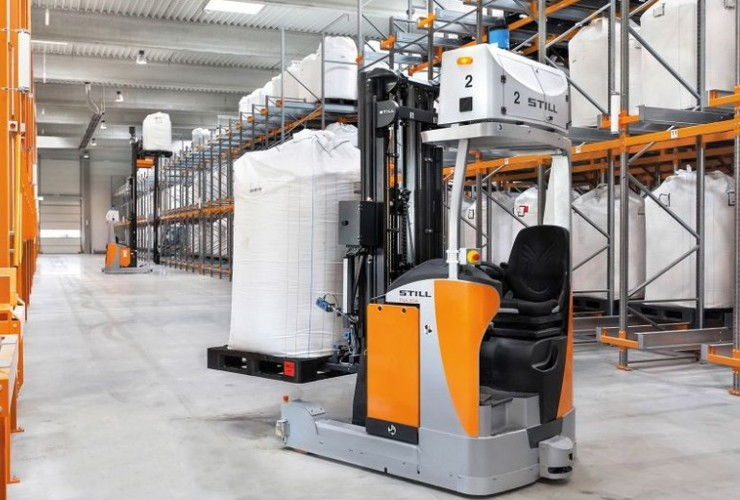 The FM-X reach trucks automatically move the bulk bags to the conveyor equipment on the working platform.