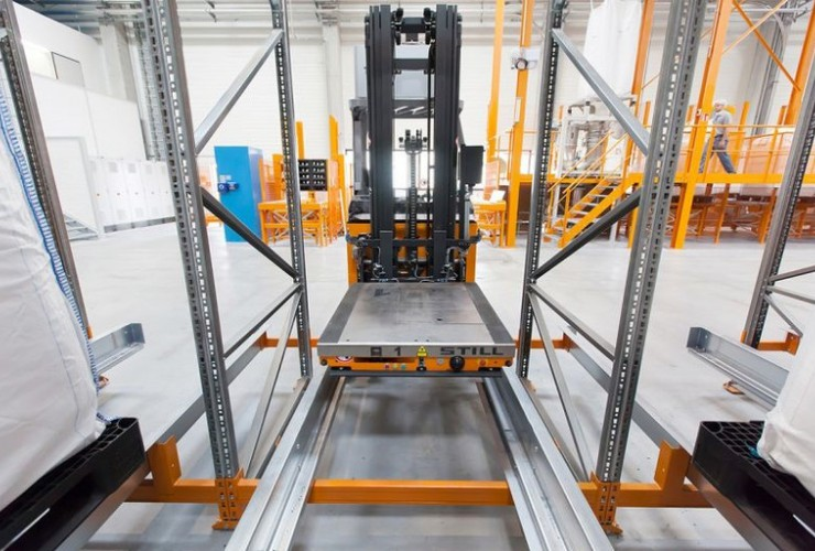To retrieve the bulk bags the FM-X reach truck places the shuttle precisely to the millimetre in the right channel.