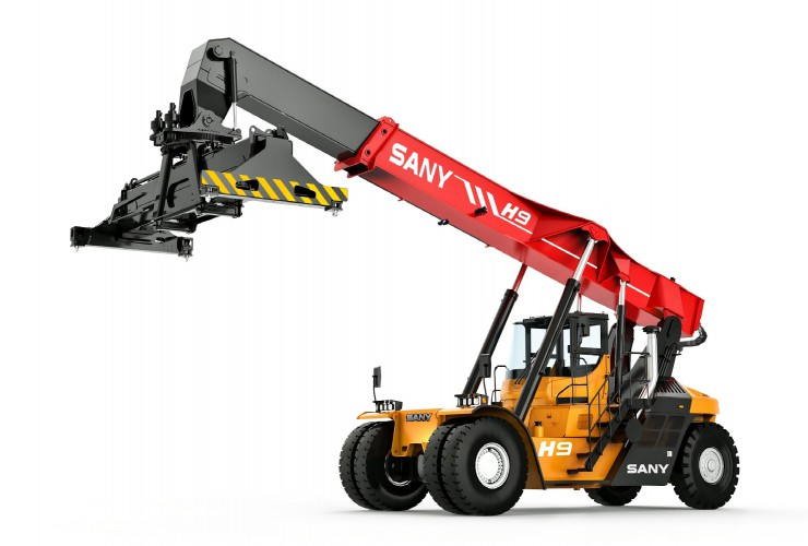 SANY SRSC45H9A Hybrid Reach Stacker, view front left, view on new spreader design.